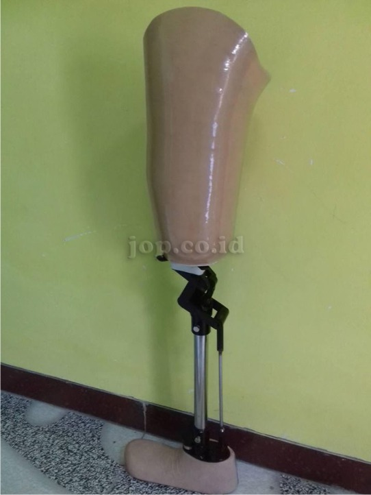 kaki palsu dengan konektor sendi